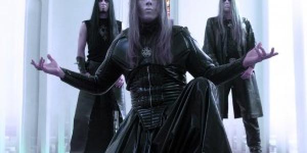 Nergal, le chanteur de Behemoth était récemment sorti de l'hôpital après le succès de sa greffe de moelle osseuse. Mais on apprend qu'il a dû retourner encore une fois à...