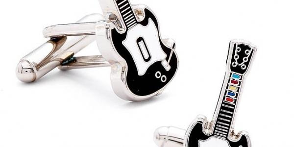 Vous aimez Guitar Hero ? Et bien maintenant vous pouvez emporter les guitares au bureau à la place de vos boutons de manchette habituels et touts moches et tout ça...