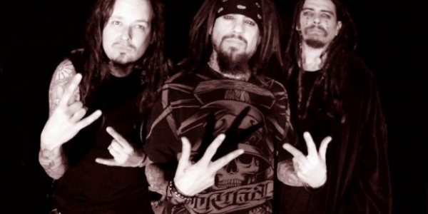 RoadRunner Records a publié aujourd'hui une vidéo des coulisses de la séance photos que Korn a donnée au magazine Rock Scarz. Ces photos vont alimenter un article qui portera sur...