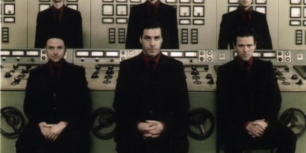 Le site Rammstein Word annonce la sortie en 2011 d'un nouvel album Best Of pour Rammstein. Album qui contiendrait surement des inédits. Donc affaire à suivre sur Bloody Blackbird.