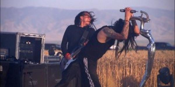 Korn nous offre un extrait de 20 secondes environ de son prochain album. Je vous conseille de vous préparer avant l'écoute de cet extrait : Get Up by kornofficial ...
