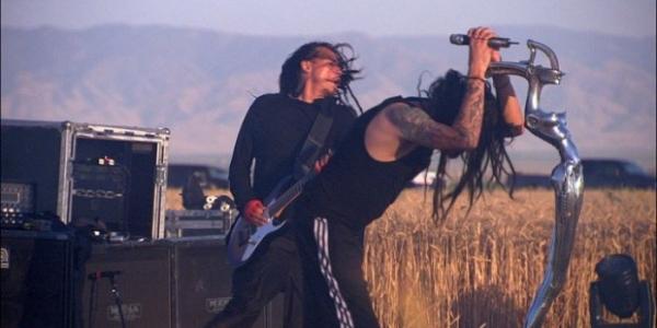 RoadRunner nous offre une petite vidéo de Korn pendant son concert dans les crop circle, les cercles dans les champs. Dans cette vidéo, extraite du nouveau DVD live de Korn...