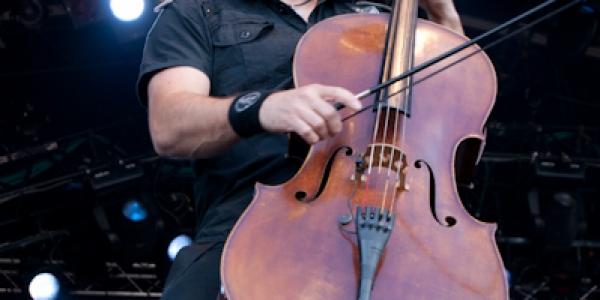 Apocalyptica a élaboré un nouveau projet. En emmenant le photographe Ville Akseli Juurikkala pendant la tournée mondiale «7th Symphony» avec eux, les membres du groupe espèrent partager les 1000 concerts...
